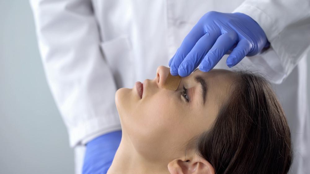 Douleur rhinoplastie : à quoi puis-je m'attendre en réalisant cette opération ?